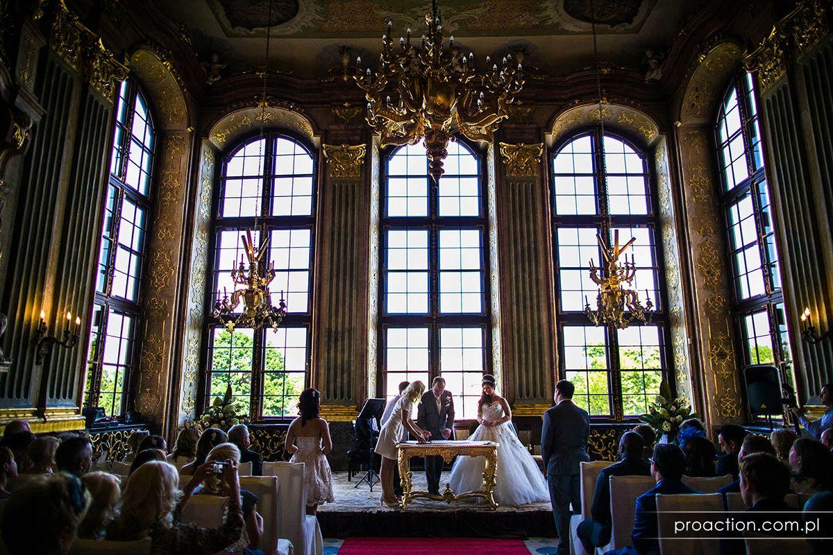 Królewski ślub w pałacu lub zamku